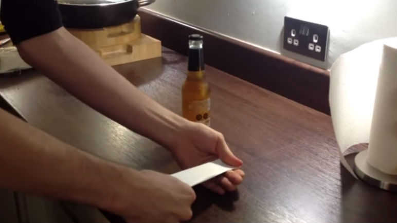 Image: This is how to open a bottle of beer with a piece of paper