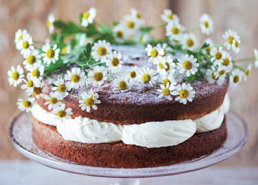 Ginger and vanilla cake topped with daisies