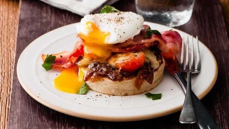 Cheesy bacon & egg crumpets
