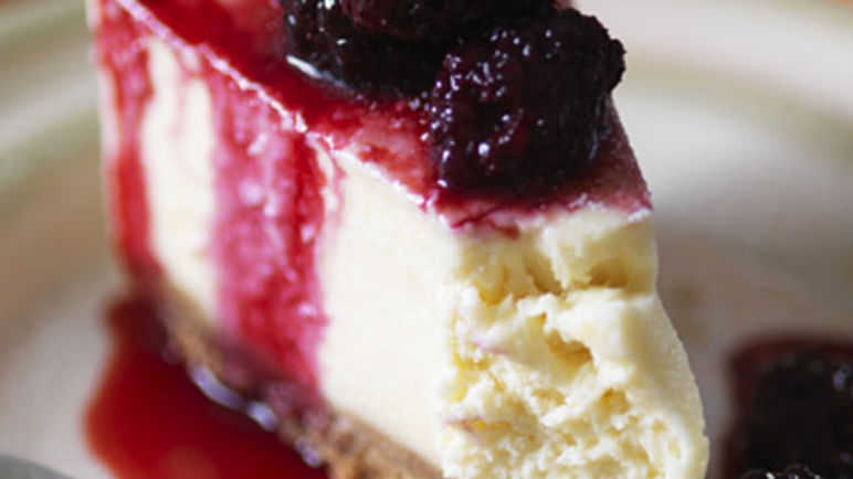 Vanilla cheesecake with blackberry compote