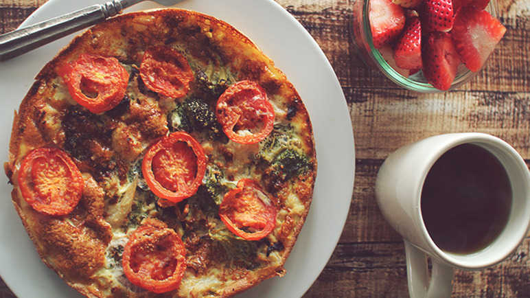 egg-and-tomato-pizza-homemade