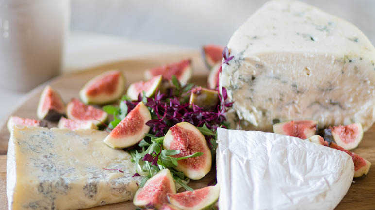 cheese-board-with-figs-homemade