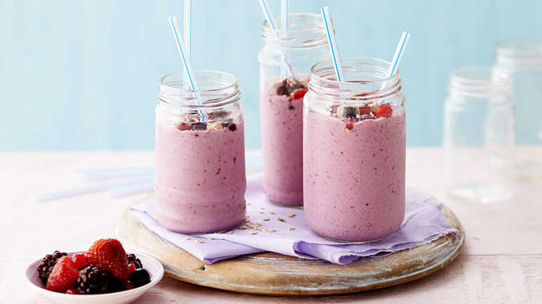 Very berry smoothier with honey and oats
