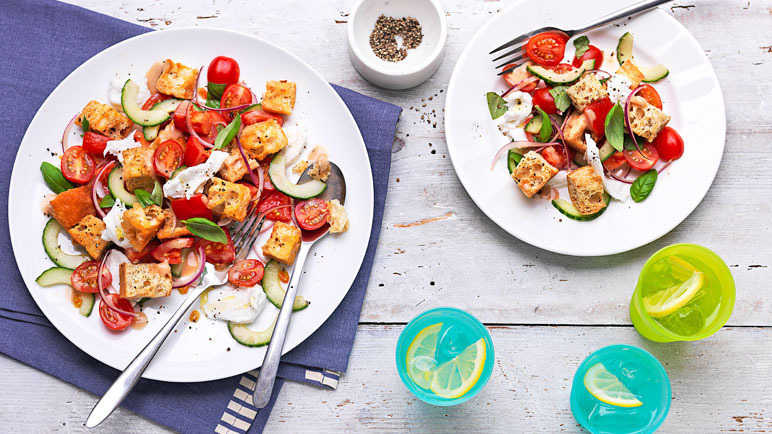 Tomato and mozzarella salad with croutons