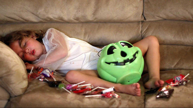 Children eat sweets on Hallowe'en