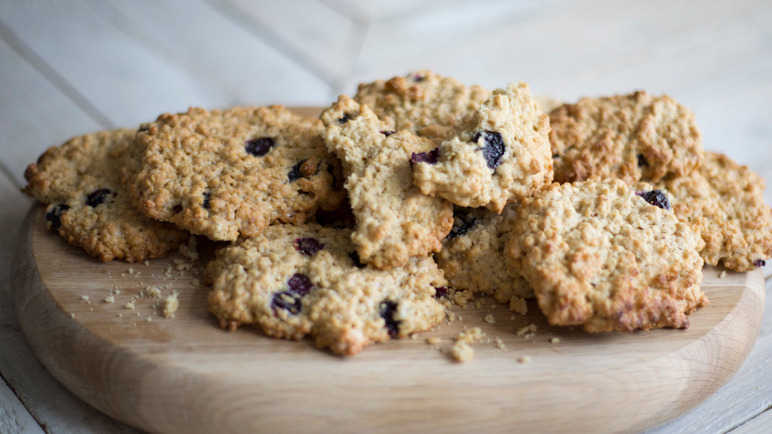 Blueberry oaty cookies