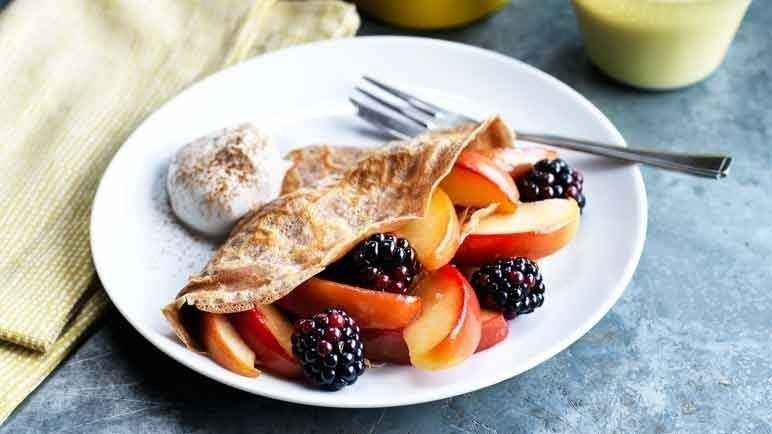 Cinnamon pancakes with apple and blackberries