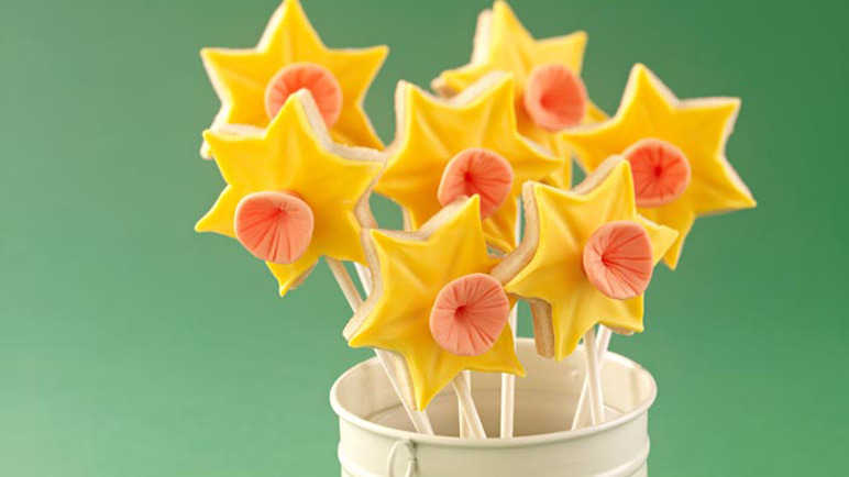 Daffodil biscuit pops