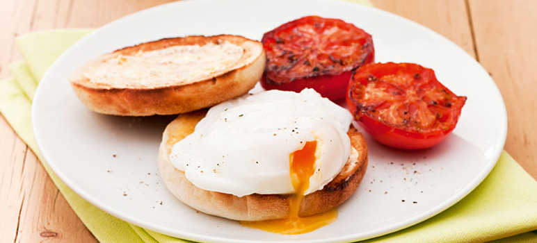 Poached eggs muffins with grilled tomatoes