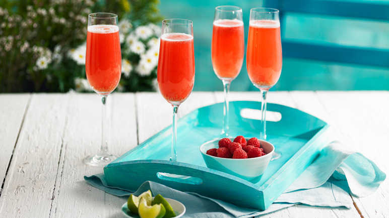 Raspberry and mint fizz cocktail