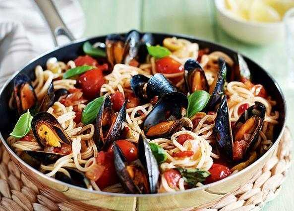Chilli mussels with spaghett image