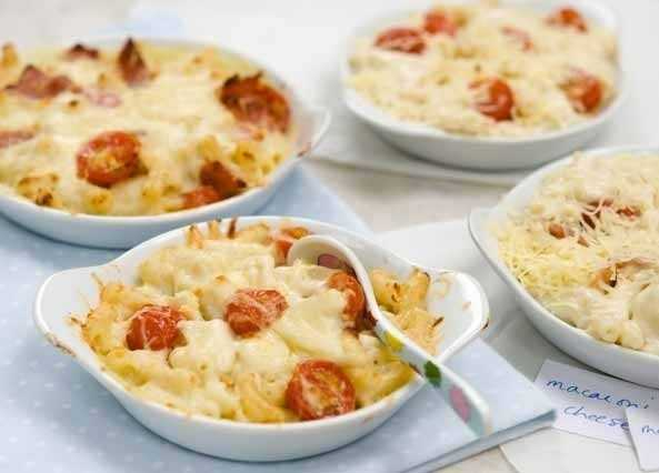 Macaroni cheese with bacon and tomatoes image