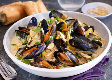 Image: Mussels with cider, leek & shallot sauce