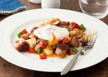 Spiced sausage hash with peppers, green beans and poached eggs image