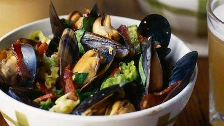 Beer and bacon mussels with savoy cabbage