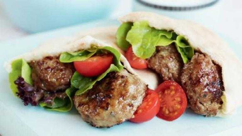 Lamb patties with mint yogurt sauce