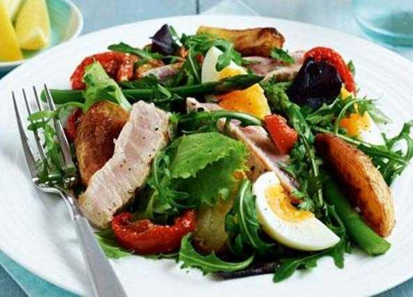 Grilled tuna steak niçoise salad