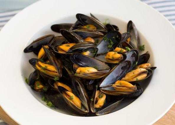 Simply steamed mussels