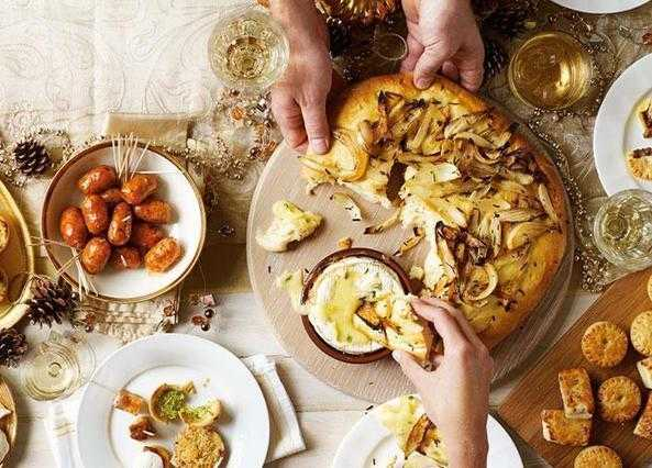 Tear-and-share onion bread with Camembert fondue