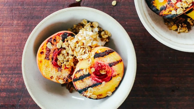 Image: Grilled nectarines with pecan crumble