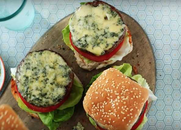 Image: Beef burgers with blue cheese