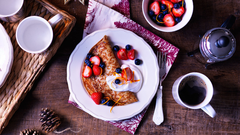 Image: Pancakes with yogurt and berries