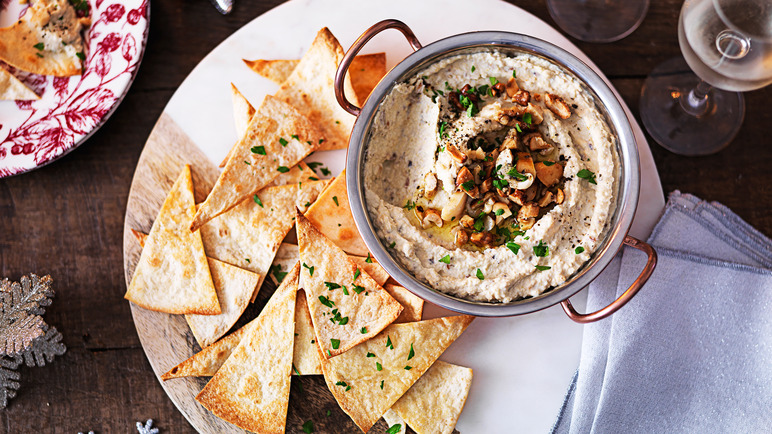 Image: Spiced nuts with houmous