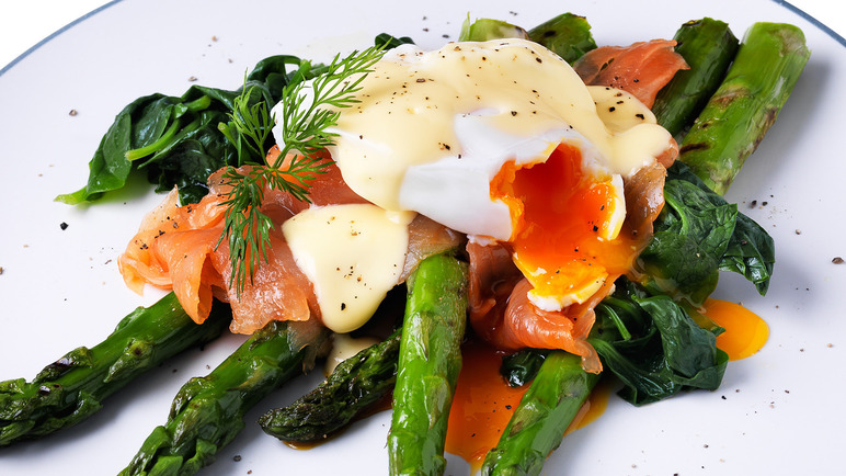 Image: Asparagus with spinach, smoked salmon, poached egg and hollandaise