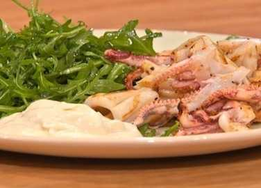 Chilli squid with rocket and lemo image