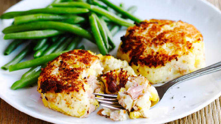 Tuna fishcakes with green beans and cubed potatoe image