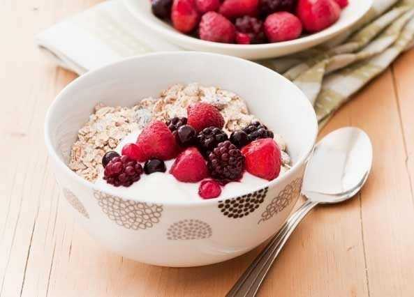 Muesli, berries & yogur image