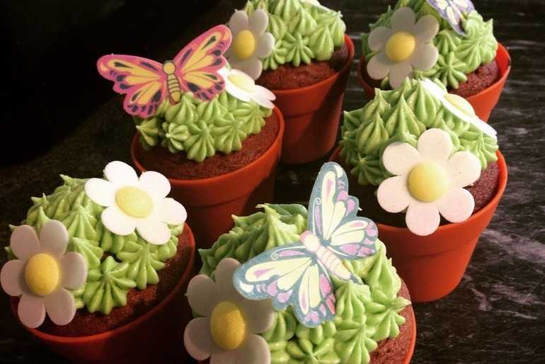 Flower pot cupcakes image